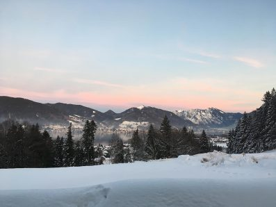Schneelandschaft mit blau-rosa Himmel