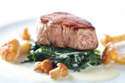 Kulinarisches Fleisch und Pilze